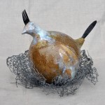 """""""Huhn im Nest, küchenfertig"""", weißer Ton, Metallteile, Glasurbrand bei 1050°C"""