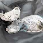 RAKU-Katze, weißer Ton, gebrannt im holzbefeuerten RAKU-Ofen bei ca. 1000°C, geräuchert