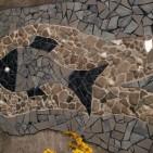 Wandmosaik im Garten, Fliesenbruch, Flusskiesel, Spiegelstücke, Muscheln, und...ein halbierter Golfball...